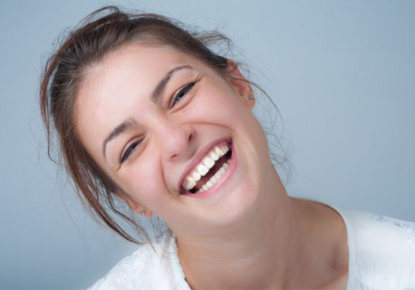 笑顔だけど目が笑ってない…?心から笑う顔の表情